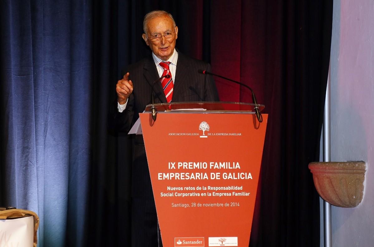 Luis Fernández Somoza diríxese aos asistentes ao acto.