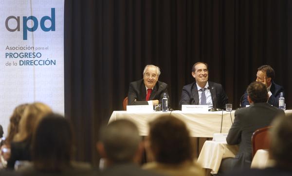 De izquierda a derecha, el presidente de la Asociación Galega da Empresa Familiar, el consejero de Hacienda de la Xunta y el director de APD.