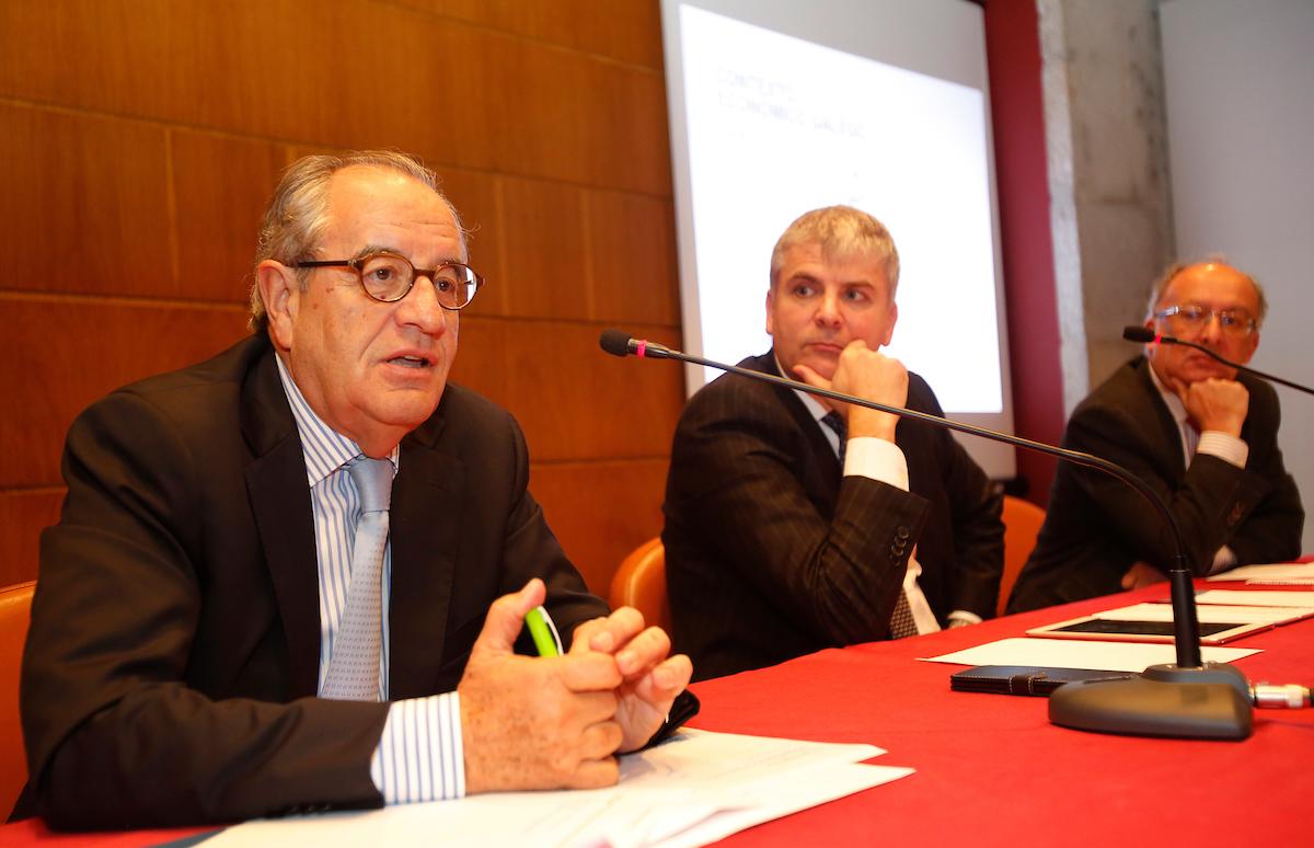 PRESENTACIÓN DE 50 PROPUESTAS PARA GALICIA DEL FORO ECONÓMICO DE GALICIA EN EL ANTIGUO RECTORADO. SANTIAGO LAGO PEÑAS, FERNANDO GONZÁLEZ LAXE, EMILIO PÉREZ NIETO.